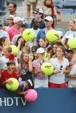 等待题名的年轻网球迷在比利・简・金国家网球中心 免版税库存图片