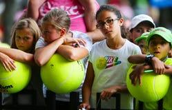 等待题名的年轻网球迷在比利・简・金国家网球中心 库存图片