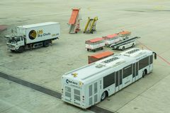 等待飞机的地面保障设备和公共汽车 免版税库存照片