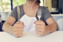 等待食物的年轻人 免版税库存图片