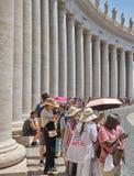 等待 人们排队参观圣皮特圣徒・彼得` s大教堂 免版税库存图片