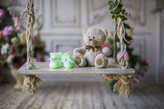 等待婴孩的袜子和熊 免版税库存图片