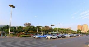 等待绿灯的车在交叉路 库存图片