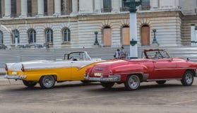 等待他们的客户的精密美丽的经典减速火箭的葡萄酒出租汽车汽车在国会大厦古巴人哈瓦那市附近 免版税库存图片