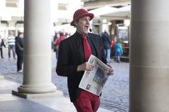 等待他们的轮的魔术师执行在科芬园的不可思议的角落 免版税库存图片