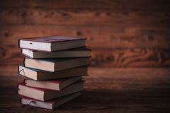 等待读者的肮脏的未经阅读的旧书 免版税库存图片