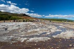 等待geysir,冰岛的爆发的游人 免版税库存图片