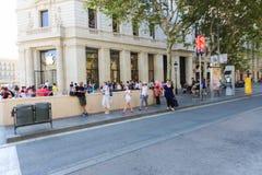 等待iPhone六-巴塞罗那 免版税库存图片