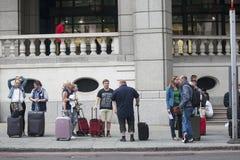 等待tranport的旅行家对伦敦斯坦斯特德机场近 免版税库存照片