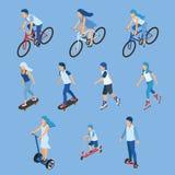 等量男孩、女孩和孩子骑马骑自行车,踩滑板,滑行车 免版税库存图片