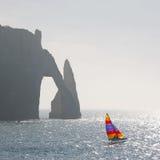 筏和峭壁 免版税库存图片