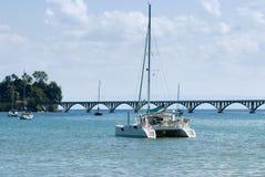 筏和帆船的看法ancored在Samana海湾 库存图片