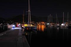 筏和游艇的夜视图 免版税库存照片