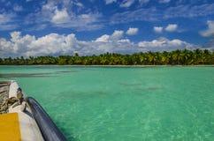 筏在天蓝色的水、蓝天和棕榈中航行 免版税库存图片