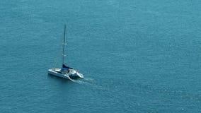 筏在开放蓝色/绿松石海洋- 30p 4k的风船航行Timelapse  股票录像