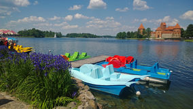 筏是特拉凯城堡背景  免版税库存照片