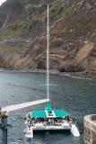 筏,当航行与游人在波尔图莫尼兹时靠了码头 马德拉岛 免版税库存图片