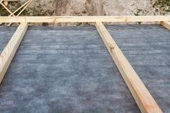 建筑一个新房的屋顶 防水分层堆积 免版税库存图片
