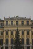 建筑关闭美泉宫门面在维也纳 免版税库存图片