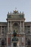 建筑关闭霍夫堡宫门面在维也纳 免版税库存照片