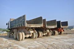 建筑卡车行在建造场所的 免版税库存照片