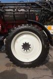 建筑器材一个巨大的轮子和轮胎的片段  库存照片