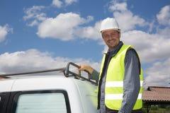 建筑器材安全性佩带的工作者 在卡车前面的白种人 图库摄影