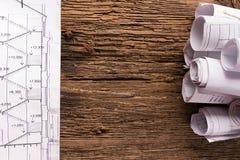 建筑图纸和白色安全帽 库存照片