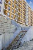 建筑在公寓前面的新的台阶 库存图片