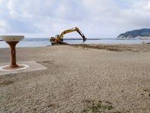 建筑在海滩机器的机器工作 库存图片