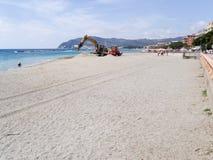 建筑在海滩机器的机器工作 免版税库存图片