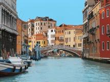 建筑学、运河和桥梁在威尼斯 免版税库存图片