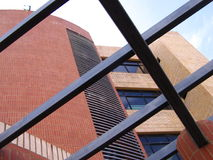 建筑学和楼房建筑有结构钢和红砖的 免版税库存图片
