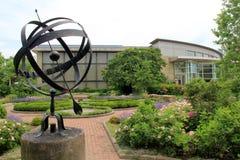 建筑学和花和走道,克利夫兰植物园,俄亥俄惊人的看法, 2016年 免版税库存图片