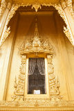 建筑学在泰国寺庙的设计窗口 免版税库存照片