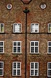建筑学在约克 有窗口的老砖房子 免版税库存照片