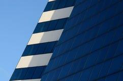 建筑学在蓝天背景的抽象蓝色和白色墙壁 图库摄影