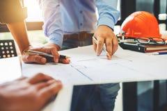 建筑学工程学在计划d的工作场所的配合会议 库存照片