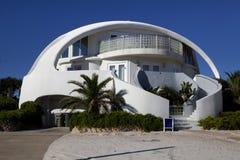 建筑学:异常的圆顶形状海滨别墅 图库摄影