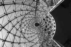 建筑学细节现代旋转钢玻璃门面结构 库存图片