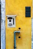 建筑学细节-在房子入口附近的墙壁 库存图片