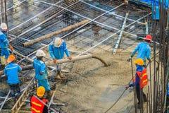 建筑工人倾吐在之后紧张floori的混凝土 库存图片