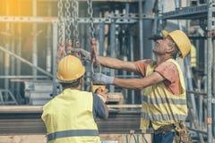 建筑工人准备对举混凝土桩模子2 库存图片