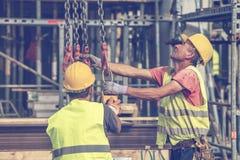建筑工人准备对举混凝土桩模子3 免版税图库摄影