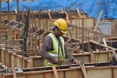 建筑工人制造地梁模板 库存图片