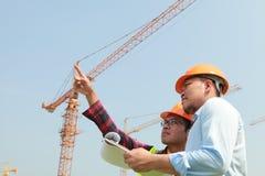 建筑工人和起重机 免版税库存照片