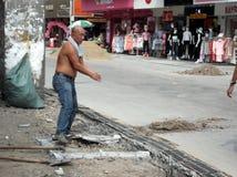 建筑工人在修路 图库摄影