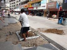 建筑工人在修路 免版税图库摄影