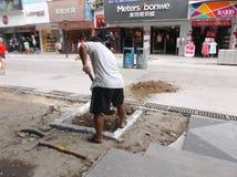 建筑工人在修路 免版税库存图片