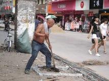 建筑工人在修路 库存照片